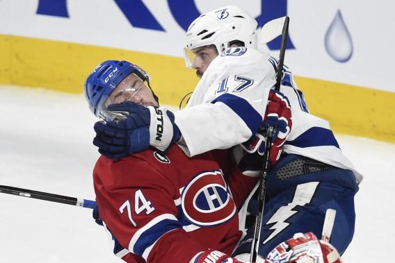 Alex Killorn passe son gant au visage d'Alexei Emelin. ()