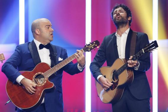 L'animateur de la soirée Laurent Paquin et Louis-Jean Cormier ont livré un numéro musical humoristique. (Olivier Jean, La Presse)