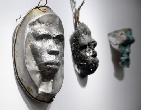 Série de masques sur objets usuels et matière à partir de l'<em>Homme de Pékin</em> et de la <em>Femme de Pékin</em>. (Le Soleil, Jean-Marie Villeneuve)
