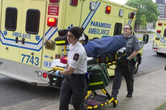 Les paramédics dirigent les blessés vers l'ambulance. (Martin Roy, LeDroit)