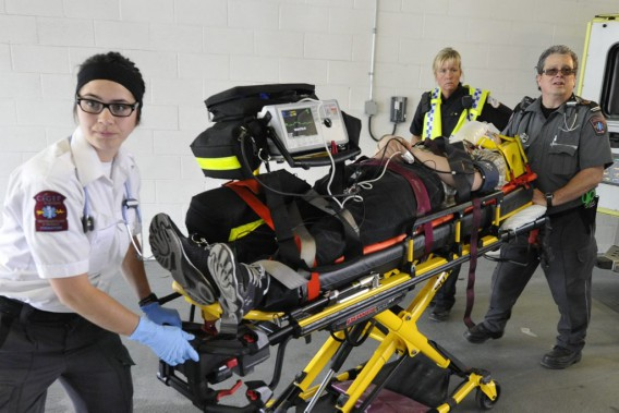 À leur arrivée au garage de l'Hôpital de Hull, les ambulanciers dirigent immédiatement les «blessés» par balle vers la salle de choc. (Martin Roy, LeDroit)