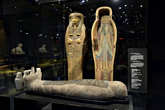 Momie de Kékou et son filet de perles représentant les fils d'Horus; cercueil d'un inconnu orné de peintures de figures protectrices (Le Soleil, Patrice Laroche)