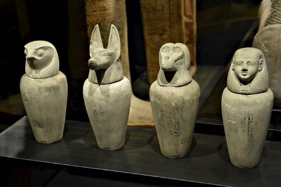 Vases canopes de Djedkhonsouiouefânkh ornés des têtes des quatre fils d'Horus (Le Soleil, Patrice Laroche)