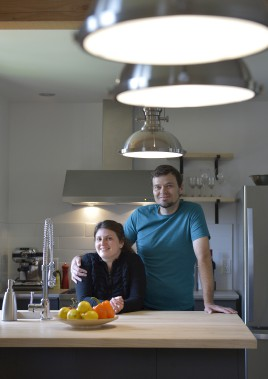 Valérie Chevrier et Alexandre Nadeau dans leur nouvelle cuisine à leur image, simple et fonctionnelle (Le Soleil, Yan Doublet)