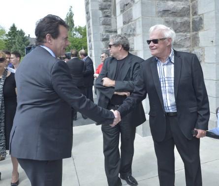 Pierre Karl Péladeau, le chef du Parti québécois et actionnaire de contrôle de Québecor, serre la main de J.-Jacques Samson, chroniqueur au<em> Journal de Québec</em>. Au centre, le chroniqueur du<em> Soleil</em>, François Bourque (Le Soleil, Jean-Marie Villeneuve)