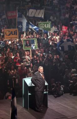 Jacques Parizeau reçoit l'appui de ses partisans à Montréal, cinq jours avant le référendum du 30 octobre 1995. (Archives La Presse Canadienne)