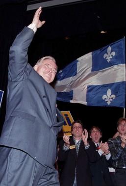 Jacques Parizeau salue des partisans du Oui à l'Université Laval lors de la campagne référendaire de 1995. (Archives La Presse Canadienne)