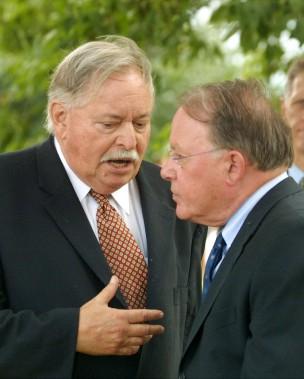 Bernard Landry (à droite), alors premier ministre du Québec, écoute son prédécesseur Jacques Parizeau, le 15 août 2002 (Archives La Presse Canadienne)