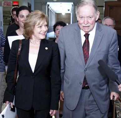 Lorsque sa femme, Lisette Lapointe, a quitté le PQ en juin 2011, Jacques Parizeau était à ses côtés à sa sortie de l'Assemblée nationale. (Photothèque Le Soleil, Yan Doublet)