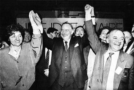 Jacques Parizeau, accompagné de Guy Chevrette et de Nadia Assimopoulous célèbre sa nomination en tant que chef du Parti québécois en 1988. (Archives La Presse Canadienne)
