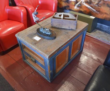 Un coffre de menuisier à caissons orange et bleu (Le Soleil, Jean-Marie Villeneuve)