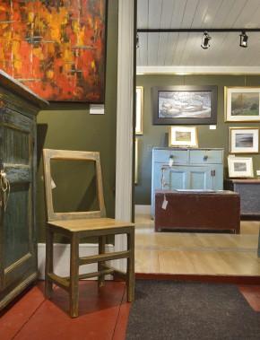 La fameuse chaise de l'Île, bien entourée. À l'arrière, la section des Maîtres canadiens compte des pièces de Riopelle, de Rousseau, de Lemieux. (Le Soleil, Jean-Marie Villeneuve)