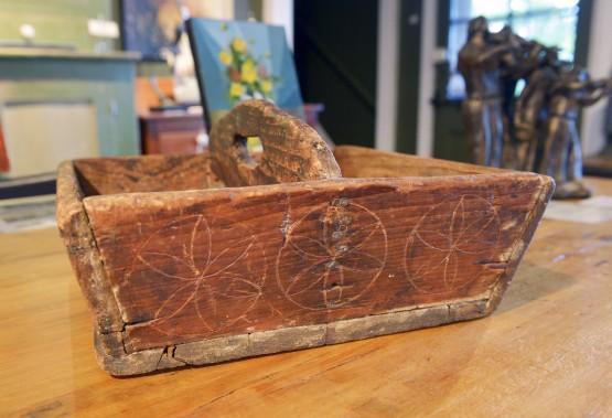 Cette boîte à couteaux à motifs géométriques se vend 295 $. Réal Bédard dirige les clients qui commencent à s'intéresser aux antiquités vers ce genre de«petit morceau qui ne fait pas mal au budget au quotidien». (Le Soleil, Jean-Marie Villeneuve)