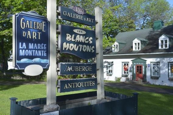 En blanc, vert et rouge, le 1317, chemin Royal à Saint-Laurent Île d'Orléans abrite une boutique d'antiquités, une galerie d'art et une auberge. (Le Soleil, Jean-Marie Villeneuve)