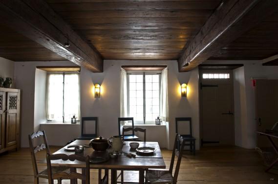 Dans la première partie construite de la maison, les immenses poutres d'origine en pin. (Photo fournie par le manoir Mauvide-Genest)