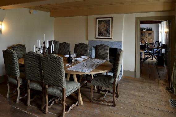Selon la coutume française, dans la salle à manger, l'hôte s'assoyait au centre parmi ses invités, dos au feu. (Le Soleil, Patrice Laroche)