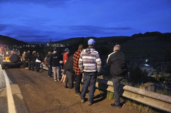 Plusieurs curieux assistaient à la scène en compagnie des proches du disparu. (Photo Le Quotidien, Rocket Lavoie)