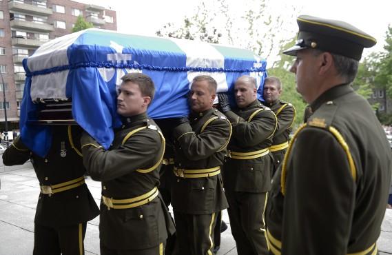 L'arrivée du cercueil à l'égliseSaint-Germain d'Outremont à Montréal à l'occasion des funérailles d'État de Jacques Parizeau (La Presse Canadienne, Ryan Remiorz)