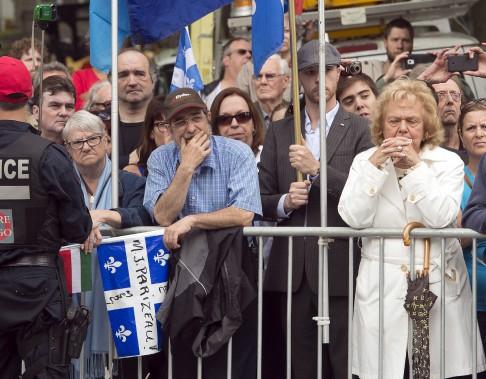 Des centaines de personnes étaient présentes à l'extérieur de l'église Saint-Germain d'Outremont, à Montréal, pour assister à la cérémonie présentée sur un écran géant. (La Presse Canadienne, Ryan Remiorz)