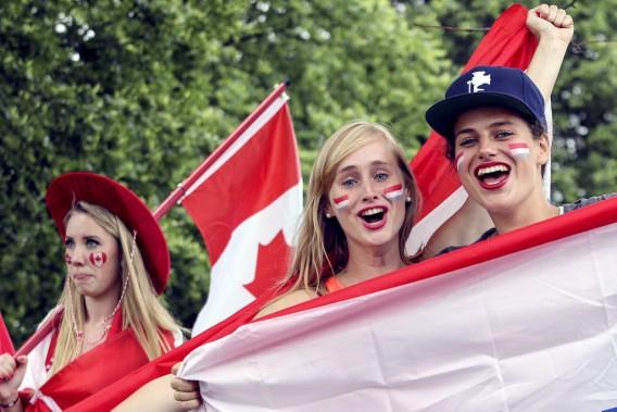 Roos Ramaekers etSuzanne Van Hooff sont prêtes à encourager les Pays-Bas. (Patrick Woodbury, LeDroit)