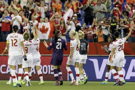 Les Canadiennes saluent la foule après avoir terminé au premier rang du Groupe A. (Patrick Woodbury, LeDroit)