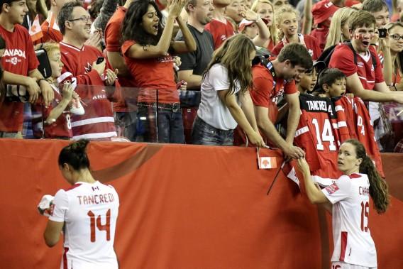 Melissa Tancredi etAllysha Chapman prennent quelques instants pour saluer les partisans. (Patrick Woodbury, LeDroit)