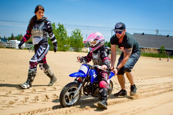 La petite Lauralie Mallette apprend les rudiments du motocross avec sa mère Carolyne Chaumont et son père Ghislain Mallette. (Photo Marco Campanozzi, La Presse)