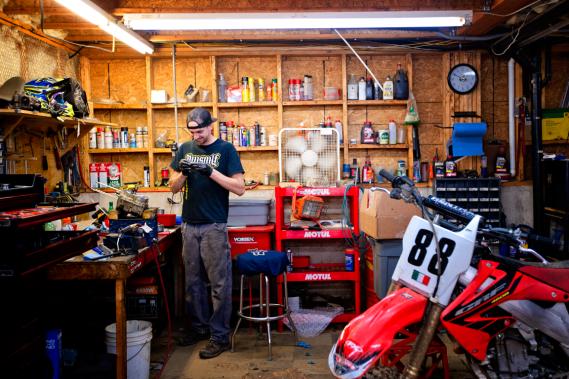 SRA Motocross compte sur un atelier mécanique complet ainsi que sur un large éventail de pièces. (Photo Marco Campanozzi, La Presse)