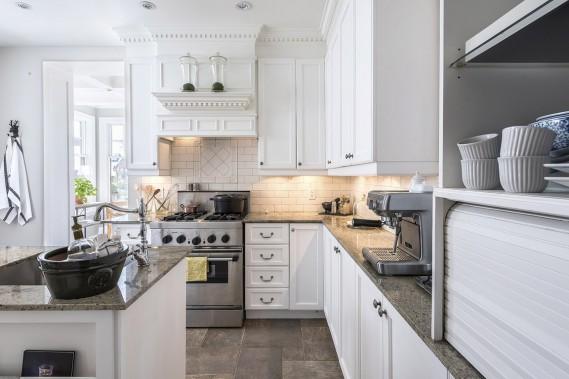 On ne voit ici qu'une partie de la cuisine rénovée avec beaucoup de souci pour les détails architecturaux. À gauche, un coin pâtisserie est installé sous une grande fenêtre. (Photo François Roy, La Presse)