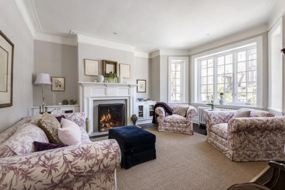 Au salon, on retrouve des éléments qui donnent du charme à ces anciennes maisons: le manteau du foyer (entièrement refait), les armoires qui le flanquent, la fenêtre à carreaux et les moulures du plafond. (Photo François Roy, La Presse)