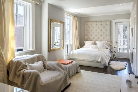 Une des quatre chambres à l'étage. Celle-ci s'ouvre sur une terrasse et possède sa propre salle de bains. (Photo François Roy, La Presse)