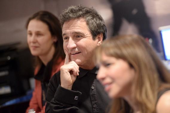 René Simard n'a fait que deux apparitions sur scène, au début et à la toute fin du spectacle. Il n'a toutefois pas manqué d'apprécier les autres sketchs en coulisses, accompagné par les membres de la production. (Le Soleil, Jean-Marie Villeneuve)