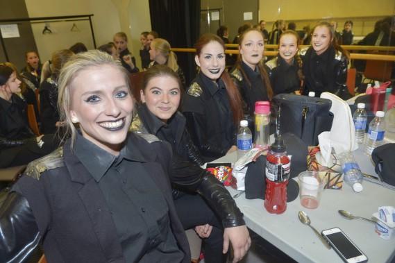 La troupe de danse DM Nation a littéralement volé lavedette du sketch d'ouverture, alors qu'une vingtaine de danseurs tout de noir vêtus ont livré une performance sans faille devant un public ébahi. (Le Soleil, Jean-Marie Villeneuve)