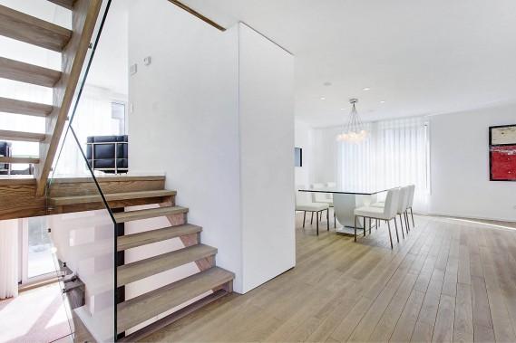 Détail amusant de l'architecte: ce qui semble être un pan de mur est en fait une porte grand format qui cache un espace de rangement. Le parquet et les marches de l'escalier sont faits d'un bois résistant: du hêtre. (Photo fournie par Groupe Sutton)