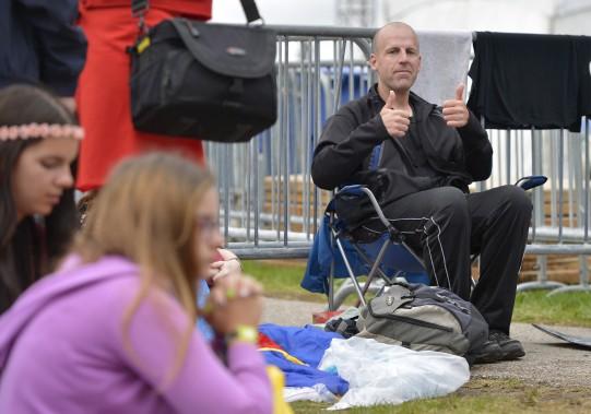 Jonathan Thibault, de Lévis, a passé la nuit dehors, sur sa chaise de camping. (15 juillet) (Le Soleil, Yan Doublet)