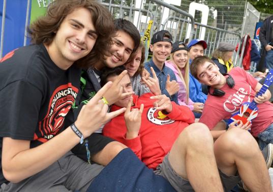Un groupe de jeunes de 17 ans présents dans la file d'attente prouvent que la musique des Stones n'a pas d'âge. (15 juillet) (Le Soleil, Yan Doublet)