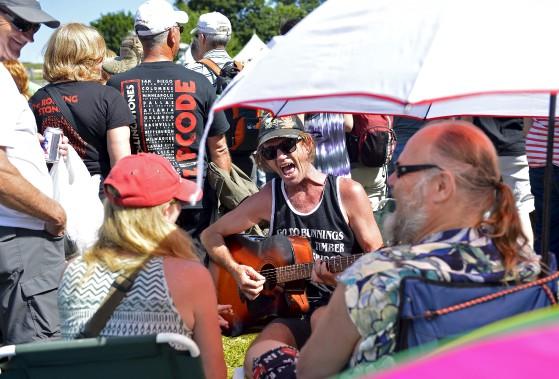 L'Australien Robert Atkinson a choisi de tuer le temps avant le début du spectacle en sortant sa guitare. (15 juillet) (Le Soleil, Yan Doublet)