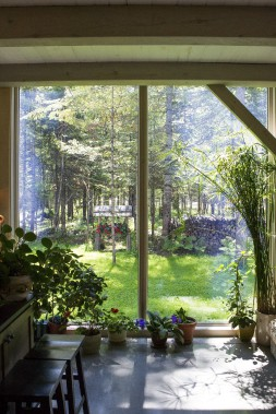 Cette fenêtre pleine hauteur donne sur une forêt habitée par des cerfs qui se pointent parfois le bout du museau. (Le Soleil, Caroline Grégoire)
