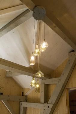 Ces délicats luminaires de verre surplombent l'escalier monumental. On en retrouve de semblables un peu partout dans la maison. (Le Soleil, Caroline Grégoire)