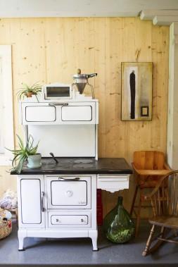 La maison de Kim Lachance et de Patrick Magnan est parsemée de charmantes installations comme celle-ci, qui s'articule autour d'un vieux poêle à bois. (Le Soleil, Caroline Grégoire)