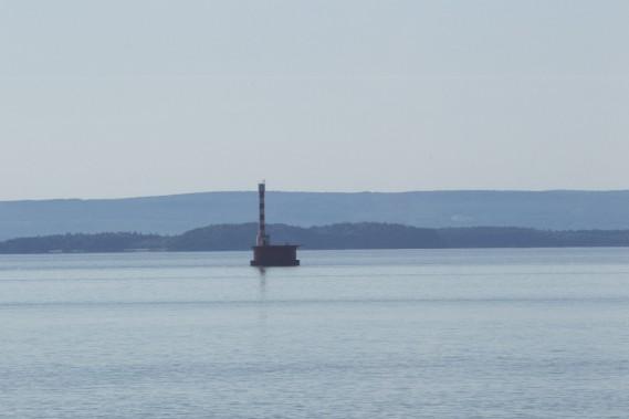 Cet ancien phare sert aujourd'hui de station météo et montre le chenal. (Le Soleil, Caroline Grégoire)