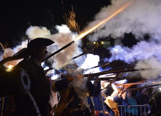La reconstitution de la bataille de Phips, à la nuit tombée. (Le Soleil, Yan Doublet)