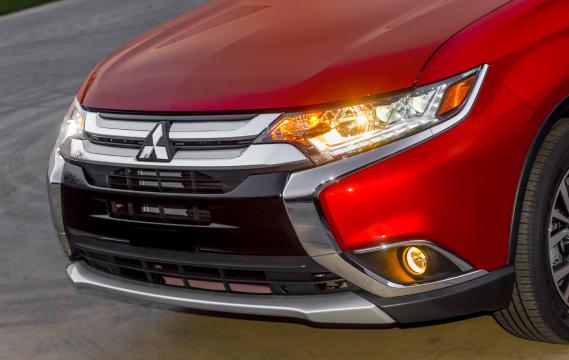 Les phares avant et la calandre du Mitsubishi Outlander 2016 (Photo fournie par Mitsubishi)