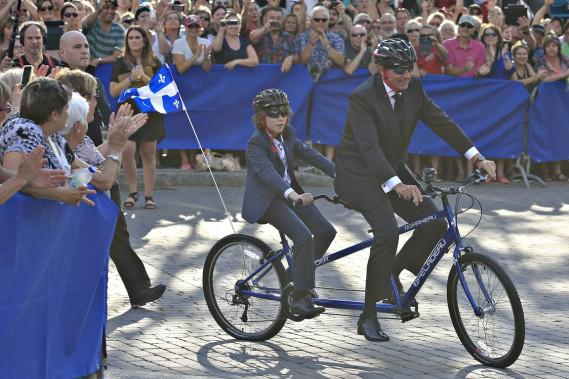 Pierre Karl Péladeau est arrivé en vélo avec son fils Thomas. (Photo Pascal Ratthé, La Presse)