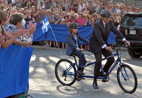 Le marié est arrivé en vélo tandem avec son fils Thomas. (Le Soleil, Erick Labbé)