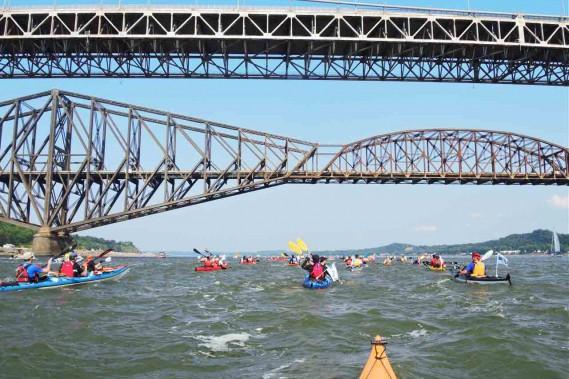 Le passage sous les ponts de Québec restera certainement un moment fort duDéfi kayak Desgagnés Montréal-Québec. (Collaboration spéciale Jean-Sébastien Massicotte)