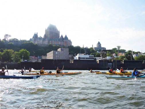 Le passage dans l'ombre du château Frontenac était attendu par plusieurs kayakistes. (Jean-Sébastien Massicotte, collaboration spéciale)