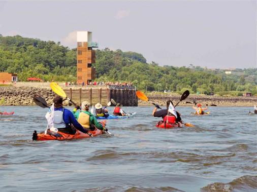 Lors du passage à proximité du quai des Cageux, à Québec, les kayakistes ont été accueillis bruyamment par les curieux réunis sur place. (Jean-Sébastien Massicotte, collaboration spéciale)
