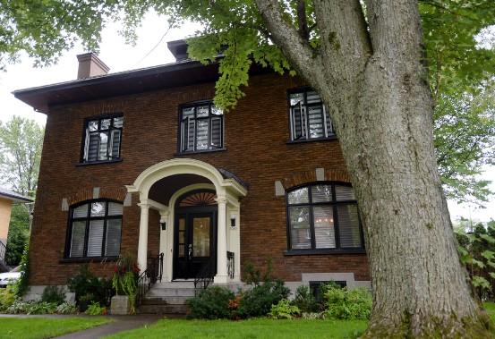 La résidence de l'avenue des Braves de Mélanie et Martin a été modernisée sans perdre son cachet d'origine, à l'intérieur comme à l'extérieur. La belle de brique laisse maintenant entrer la lumière jusqu'en son centre. (Le Soleil, Erick Labbé)