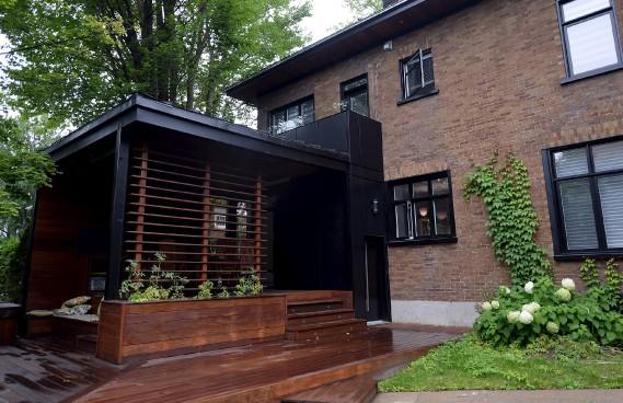 La terrasse couverte, en bois d'ipé, se veut un trait d'union entre la cuisine et la cour. (Le Soleil, Erick Labbé)